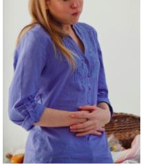 mains sur ventre chemise bleue